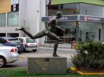 Statue of a runner at km. 21.